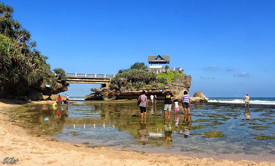 Pantai Kukup - Sumber: wisatatempat.com