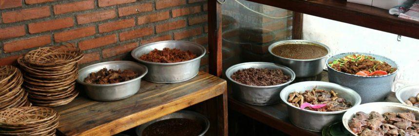Kuliner Gudeg Jogja - Sumber: letsgoeatall.blogspot.com