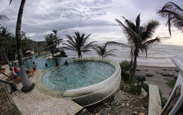The Queen of South Resort Beach - Sumber: letsviewindonesia.com